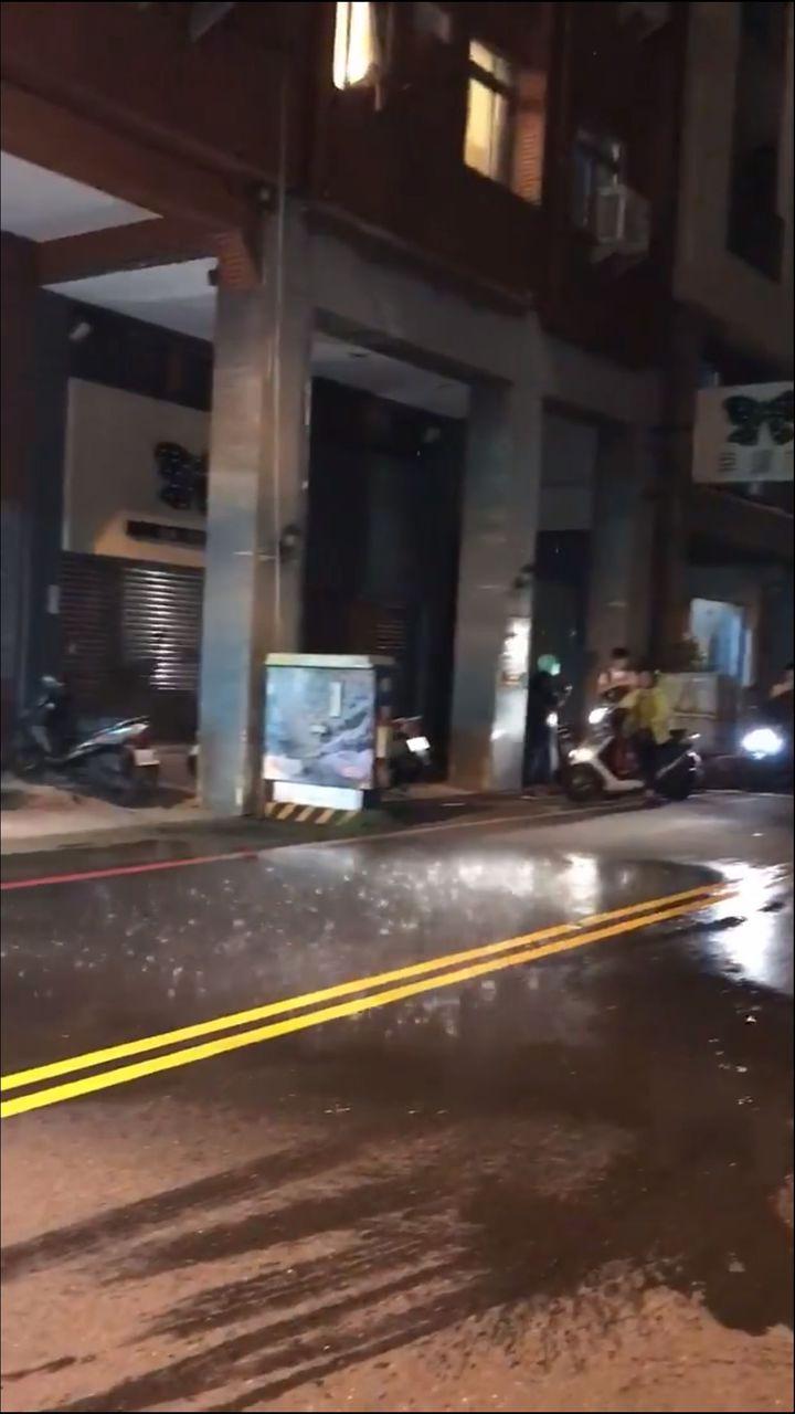 台南市中西區昨下了場「局部大雨」,據查後原來是頂樓水管破裂噴出水。記者邵心杰/翻攝