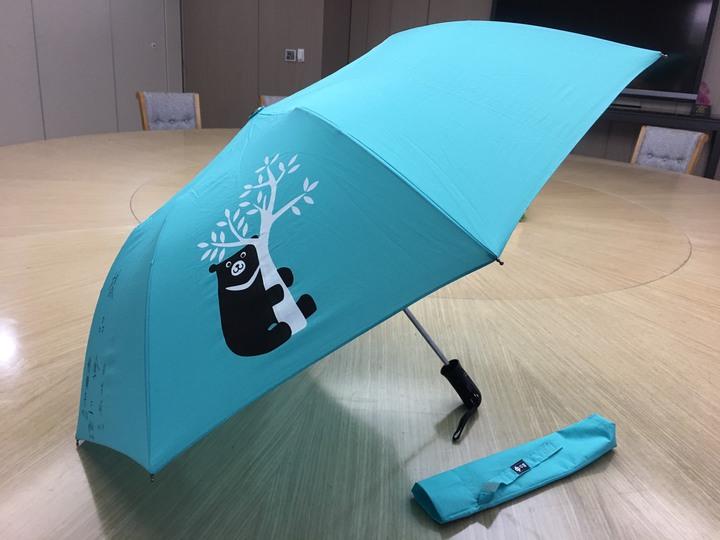 中鋼董事長翁朝棟晚上表示,明天到場的股東絕對可以領得到黑熊傘。記者謝梅芬/攝影