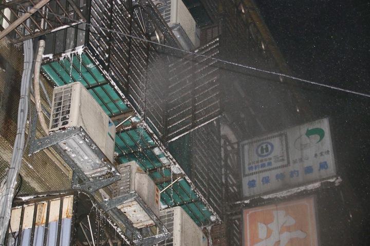 華三街民宅起火,共8人送醫。記者曾健祐/攝影
