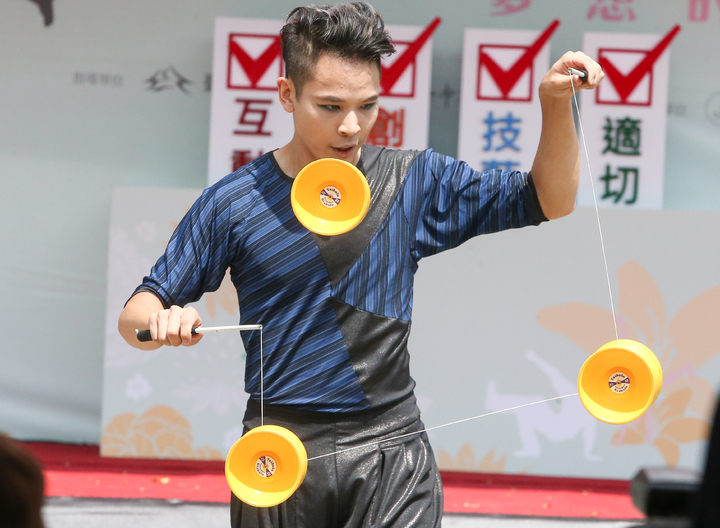 世界知名太陽劇團表演者林韋良演出精彩。記者黃仲裕/攝影
