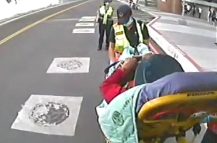 葉老太太昨在台中火車站搭車,因月台與車廂23公分跨距過大,導致婦人右腳踩空受傷,縫了40針。記者林佩均/翻攝