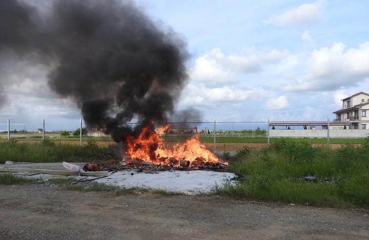 一期稻作收割後,部分農民仍停留在燒稻草的耕作習慣,不僅不利於田地,也汙染空氣。圖/嘉義縣環保局提供