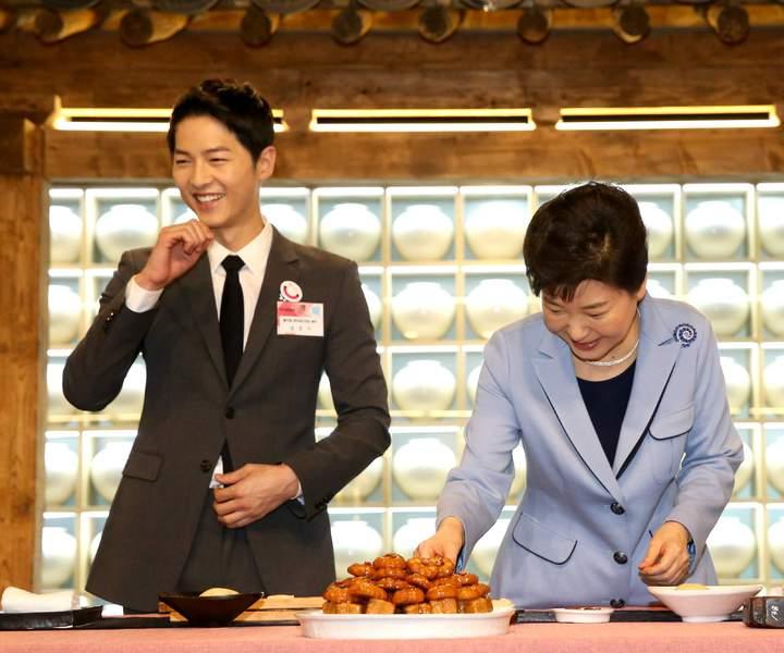 宋仲基曾和朴槿惠一起宣傳韓食。圖/摘自臉書