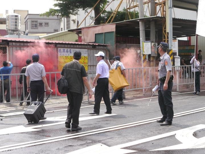 抗議人士突破警網,在天后宮牌樓對面丟入一顆紅色煙霧彈。記者徐白櫻/攝影