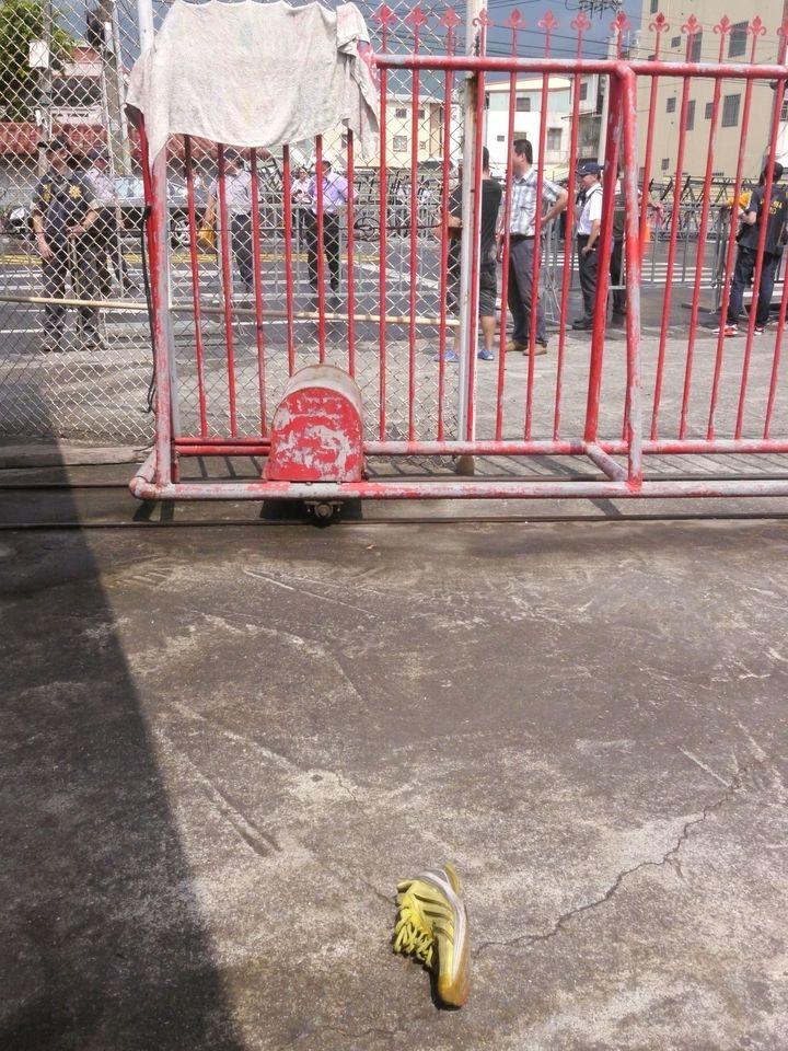 抗議人士丟擲運動鞋表達抗議。記者徐白櫻/攝影