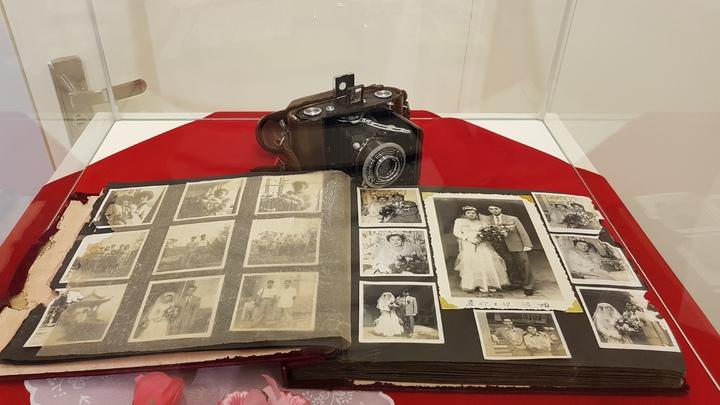 客庄婚禮的老照片呈現20年代到70年代的結婚禮服的演變。記者黃瑞典/攝影