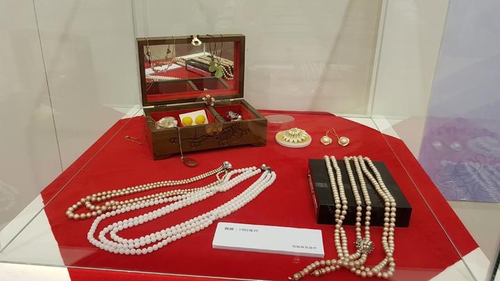 「靚靚新娘衫-客家女性嫁衣的傳統與創新」特展,也展出早期的珠寶首飾。記者黃瑞典/攝影