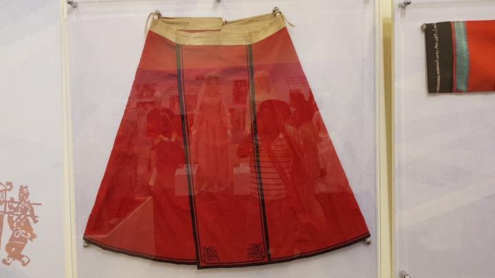 傳統客家女性的繡花褶裙。記者黃瑞典/攝影
