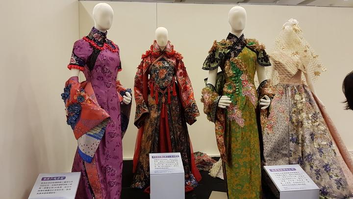 「靚靚新娘衫-客家女性嫁衣的傳統與創新」特展展出許多融入客家元素設計的嫁衣。記者黃瑞典/攝影
