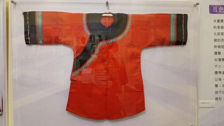傳統客家女性親自縫製紅色大襟衫。記者黃瑞典/攝影