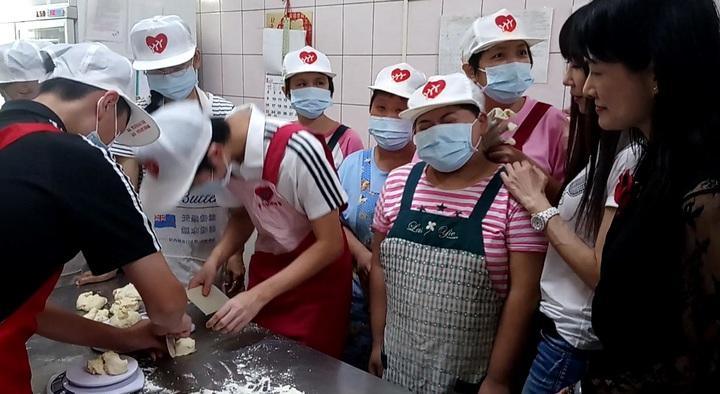 好久不見的台灣早期玉女歌手金瑞瑤(右2),今天帶2個孩子到若竹兒一起做麵包義賣。記者卜敏正/攝影