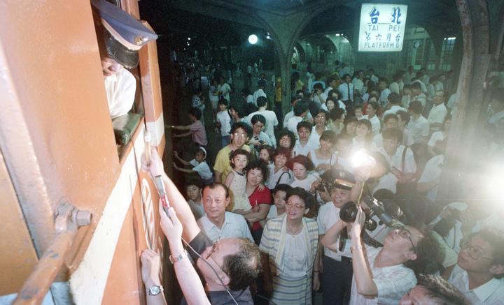 在旅客簇擁下,淡水線最後一班列車後走入歷史。圖/聯合報系資料照片