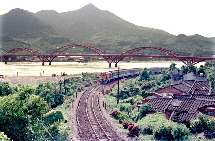北淡線起點始自台北站,後跨過基隆河,再接至關渡平原。沿途可飽覽淡水河沿線風景,景色相當優美。圖/聯合報系資料照片