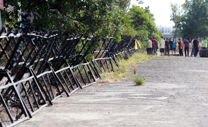 總統蔡英文明天預計將陪同巴拉圭總統卡提斯到高雄參訪,高雄市警局拉高維安層級,將預定參訪的地點周邊大規模管制,警方早已備戰,把周邊架起拒馬、蛇籠,以防止抗議民眾。維安滴水不漏。記者劉學聖/攝影