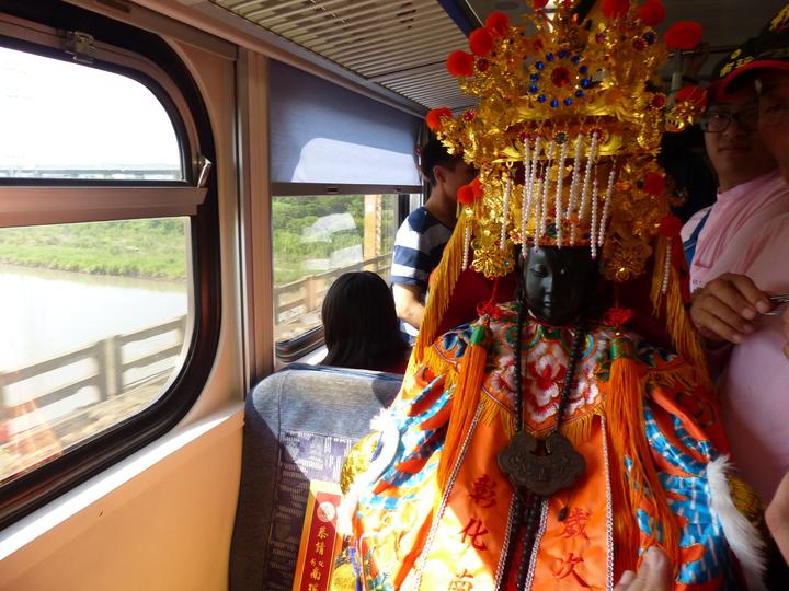 這尊彰化媽百年前也參與「七媽會」盛會,此次再坐上火車,沿途風景掠過,彷彿回憶百年前的景況。記者劉明岩/攝影