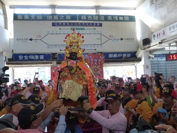 彰化媽鑾駕抵彰化火車站,由信眾簇擁迎上火車。記者劉明岩/攝影