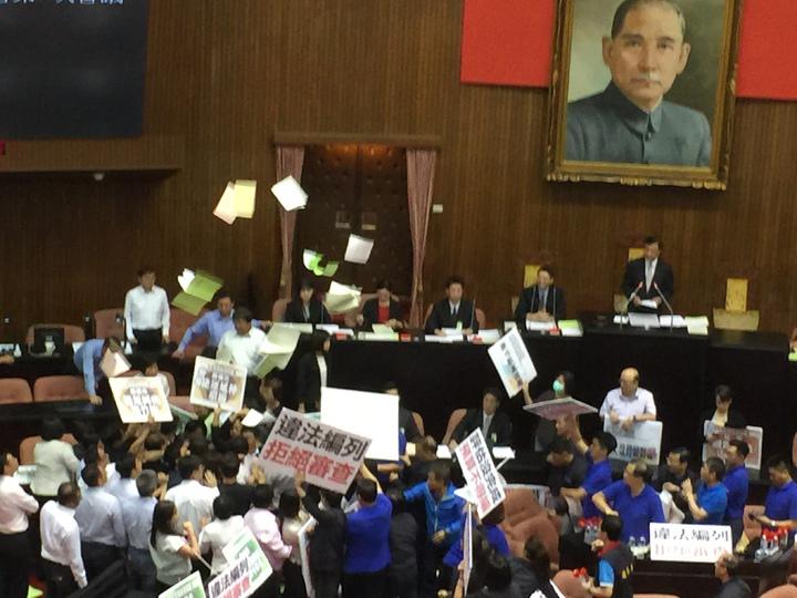 立法院長蘇嘉全邀請行政院長林全上台報告,藍委頓時群情激憤,包夾林全及出席人員,另外有藍委從後方朝丟撒紙張,場面混亂。記者許家瑜/攝影