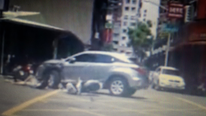 陳姓少年無照騎機車後載未戴安全帽少年,在左營區富國路和維新街口撞上休旅車,家屬質疑警方執法過當釀禍。記者黃宣翰/翻攝