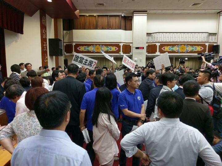 國民黨立委上前跟民進黨立委抗議召委問題。記者劉宛琳/攝影