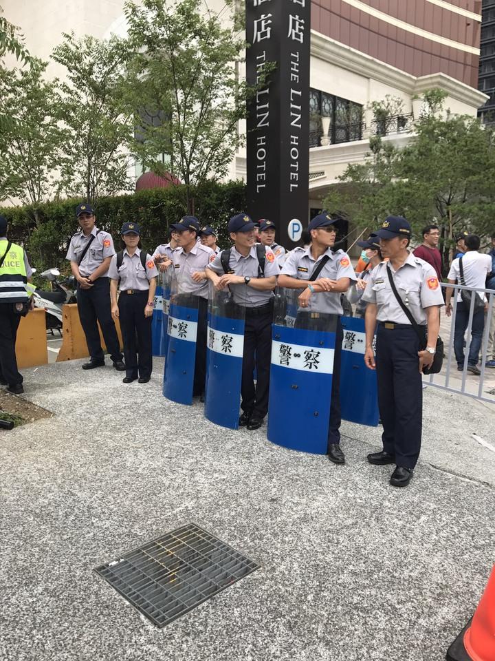 台中市警局因應總統蔡英文參與亞洲商總年會開幕,出動400名警力因應。記者陳宏睿/攝影