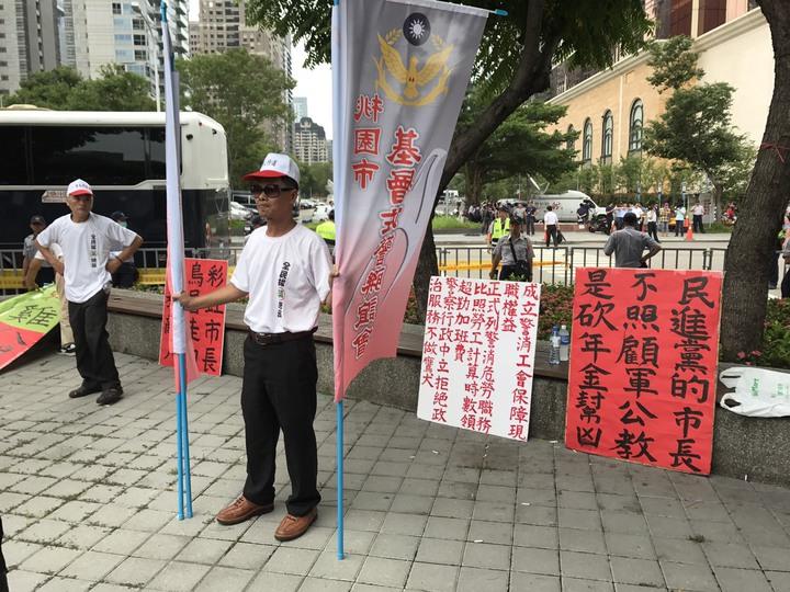反年金改革人士今早在台中林酒店附近園道進行集結。記者陳宏睿/攝影