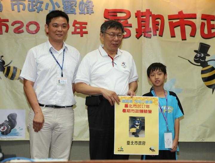 台北市長柯文哲(中)出席「嗡嗡嗡市政小蜜蜂」暑期市政體驗營。記者陳立凱/攝影