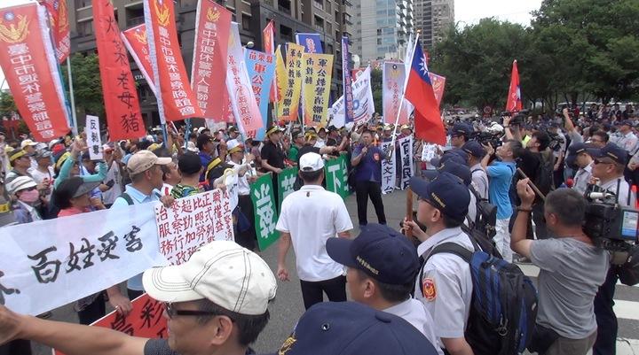 反年金改革聯盟與維安警力在台中林酒店前對峙。記者陳宏睿/攝影