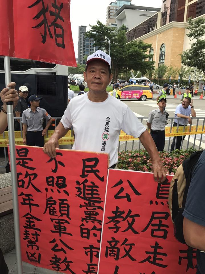 全民拔菜總部總司令盧朝財一早就在台中林酒店現場等待。記者陳宏睿/攝影