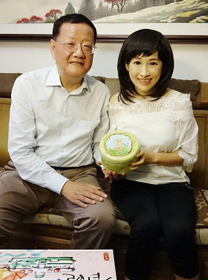 鳳凰衛視女主播劉珊玲(右)因腦動脈血管瘤破裂,回到高雄治療,鳳凰衛視董事局主席劉長樂(左)曾經三度搭專機專程到高雄探望。圖/劉珊玲提供