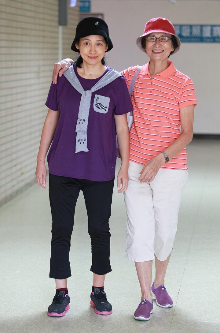 鳳凰衛視女主播劉珊玲(左)因腦動脈血管瘤破裂,突然在住家昏倒送醫急救,差點成為植物人,她回到高雄展開漫長艱辛的復健療程,劉媽媽不辭辛苦照料是珊玲對抗病魔的最大助力。記者劉學聖/攝影