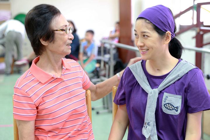 鳳凰衛視女主播劉珊玲(右)因腦動脈血管瘤破裂,突然在住家昏倒送醫急救,差點成為植物人,她回到高雄展開漫長艱辛的復健療程,劉媽媽不辭辛苦照料是珊玲對抗病魔的最大助力。記者劉學聖/攝影