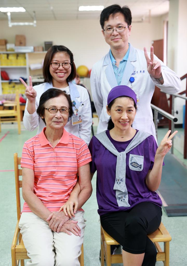 鳳凰衛視女主播劉珊玲(前右)經過漫長復健,終於從醫院「畢業」,特別跟復健醫師合影留念。記者劉學聖/攝影