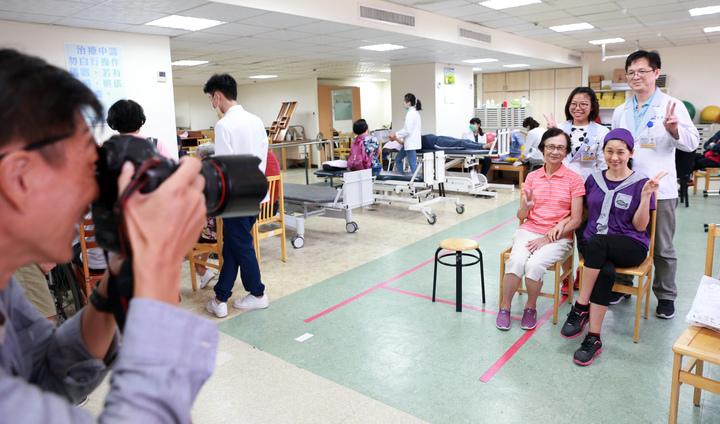 鳳凰衛視女主播劉珊玲經過漫長復健,終於從醫院「畢業」,特別跟復健醫師合影留念。記者劉學聖/攝影