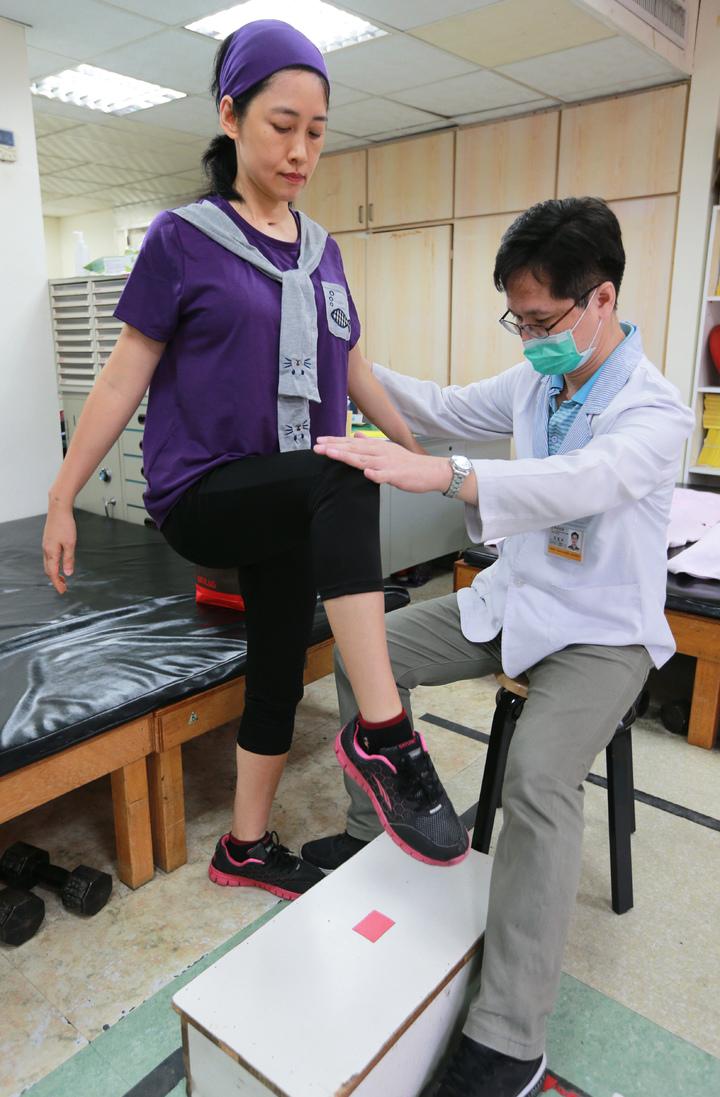 鳳凰衛視女主播劉珊玲(左)因腦動脈血管瘤破裂,差點成為植物人,復健醫師要求每個動作都要確實。記者劉學聖/攝影