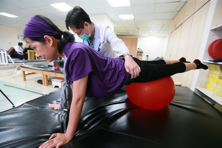 鳳凰衛視女主播劉珊玲(前)因腦動脈血管瘤破裂,差點成為植物人,她回到高雄展開漫長艱辛的復健療程。記者劉學聖/攝影
