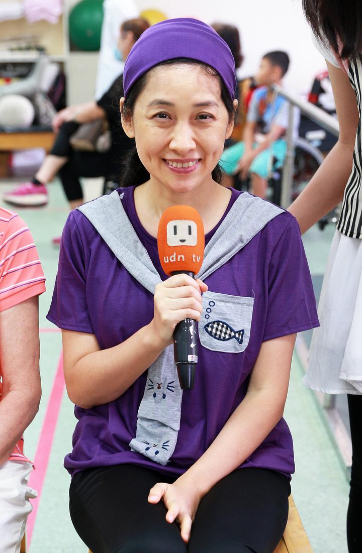鳳凰衛視女主播劉珊玲經過三年復健,即將重回螢光幕,手拿麥克風重溫當年採訪時光,依舊架勢十足。記者劉學聖/攝影