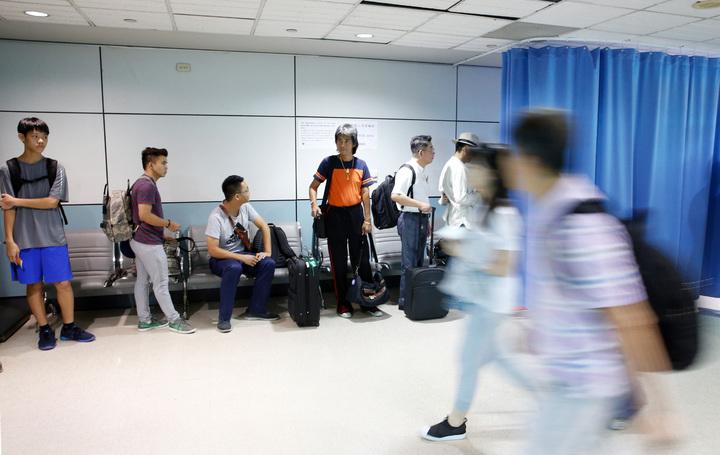 配合美國最新的防爆裂物航空保安措施,桃園機場從今天(17日)起在登機門前,針對旅客隨身攜帶的手機以外的電子產品進行抽檢,由航警局針對被美國抽檢的旅客進行二次安檢,被抽中的旅客在一旁排隊等候。記者鄭超文/攝影