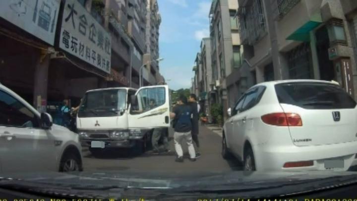 高雄市刑大昨天會同鳳山警分局搜捕搬家公司。記者林伯驊/翻攝