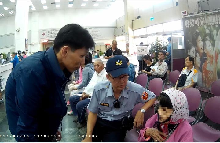 警方和台銀人員第二天協助老婦辦理止付。記者廖炳棋/翻攝