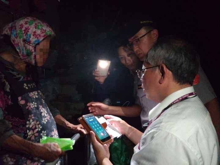 警方和台銀人員漏夜趕往老婦家中勸阻。記者廖炳棋/翻攝