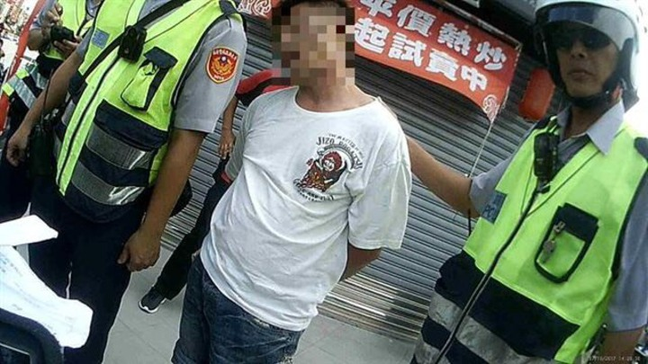 王嫌被逮時不肯配合,罵警三字經及嗆「叫記者來」。記者蔣繼平/翻攝