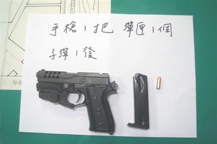 警方查獲改造手槍、彈匣及子彈。記者蔣繼平/翻攝