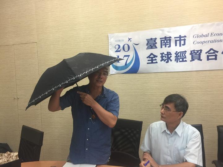 生&#29987雨傘的凱昀公司總經理吳建德。記者吳政修/攝影