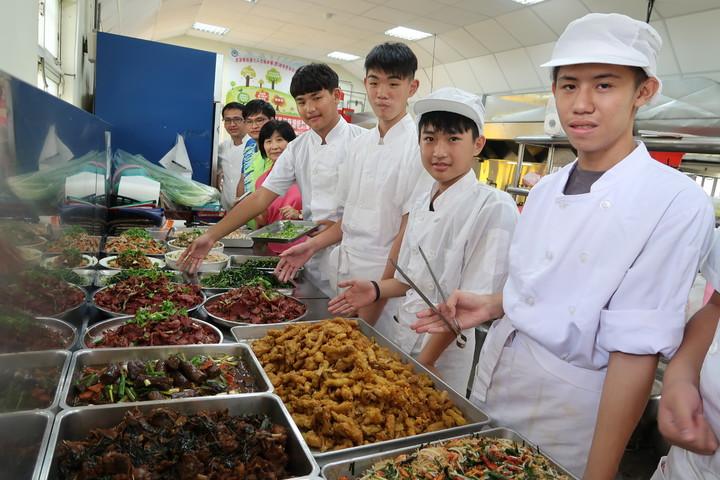 飛夢林家園今天舉辦感恩餐會,由準備考照的10位學生及老師準備餐點感謝曾經幫助過的人。記者翁禎霞/攝影