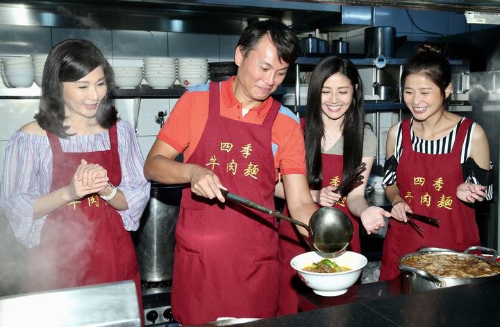 三立八點台劇「一家人」張玉嬿(左起)、陳霆、韓瑜、李燕一家人擔任一日店長,免費送牛肉麵替新戲造勢。記者林伯東/攝影