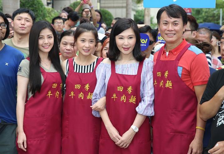 三立八點台劇「一家人」張玉嬿(右二)、陳霆(右一)、韓瑜(左一)、李燕(左二)擔任一日店長,免費送牛肉麵替新戲造勢。記者林伯東/攝影