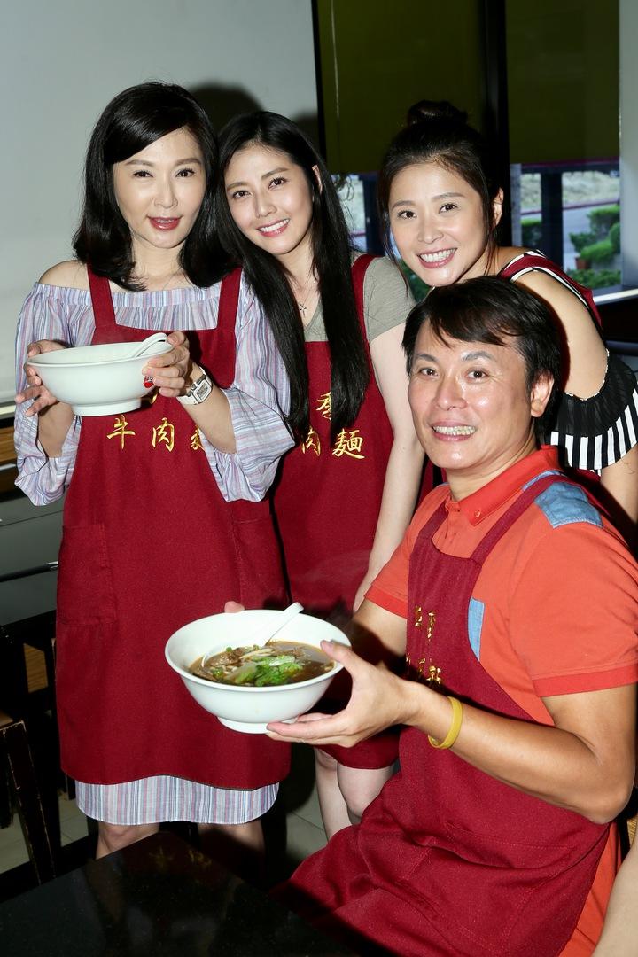 三立八點台劇「一家人」張玉嬿(左)、陳霆(前)、韓瑜(中)、李燕(右)擔任一日店長免費送牛肉麵替新戲造勢。記者林伯東/攝影