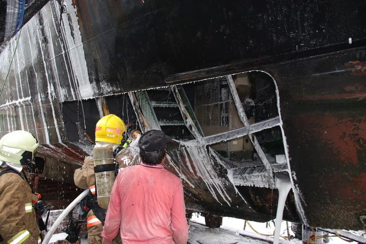 工人在切割船體時引起大火。記者曾健祐/攝影