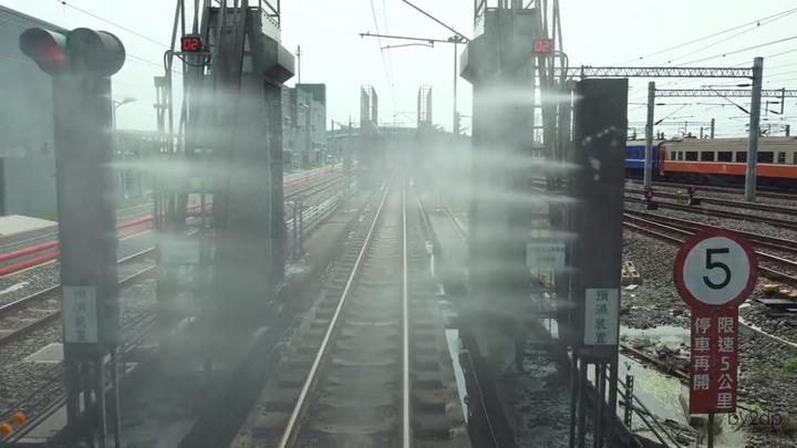 台鐵有專業洗車機器,清潔列車外觀。圖/台鐵提供