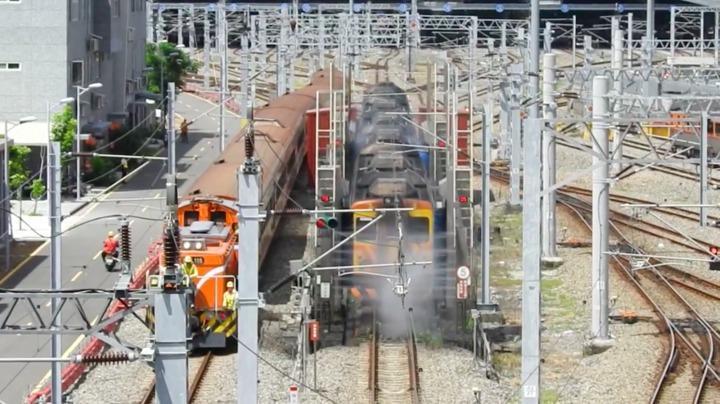 鐵道迷在台鐵潮州車輛基地拍到列車清洗過程。圖/攝影者黃先生提供